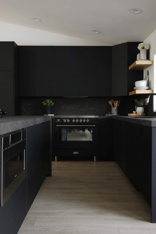 Темні поверхні на кухні