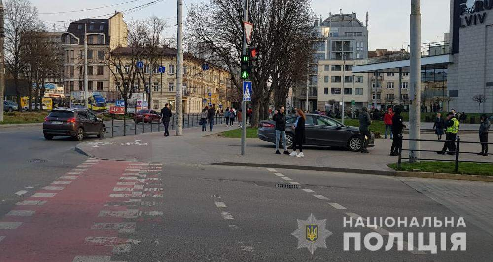 На шаленій швидкості вилетів на тротуар: біля ТЦ Forum Lviv водій Ford збив жінку – фото і відео