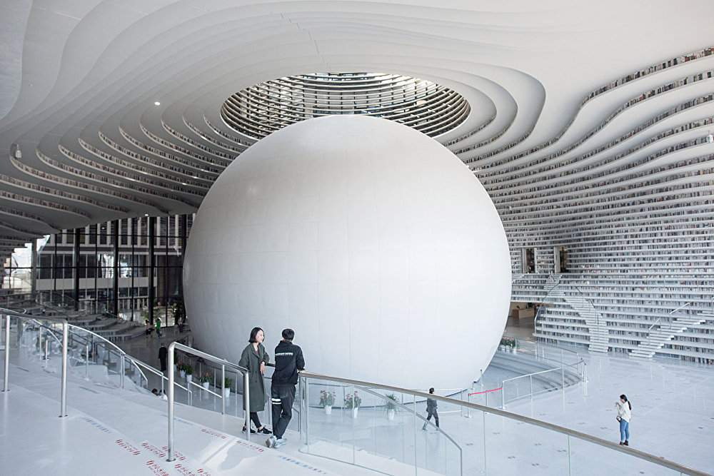 Над белым шаром разместили купол