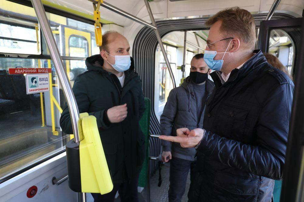 Е-квиток вже у Львові: в трамваях встановили перші валідатори