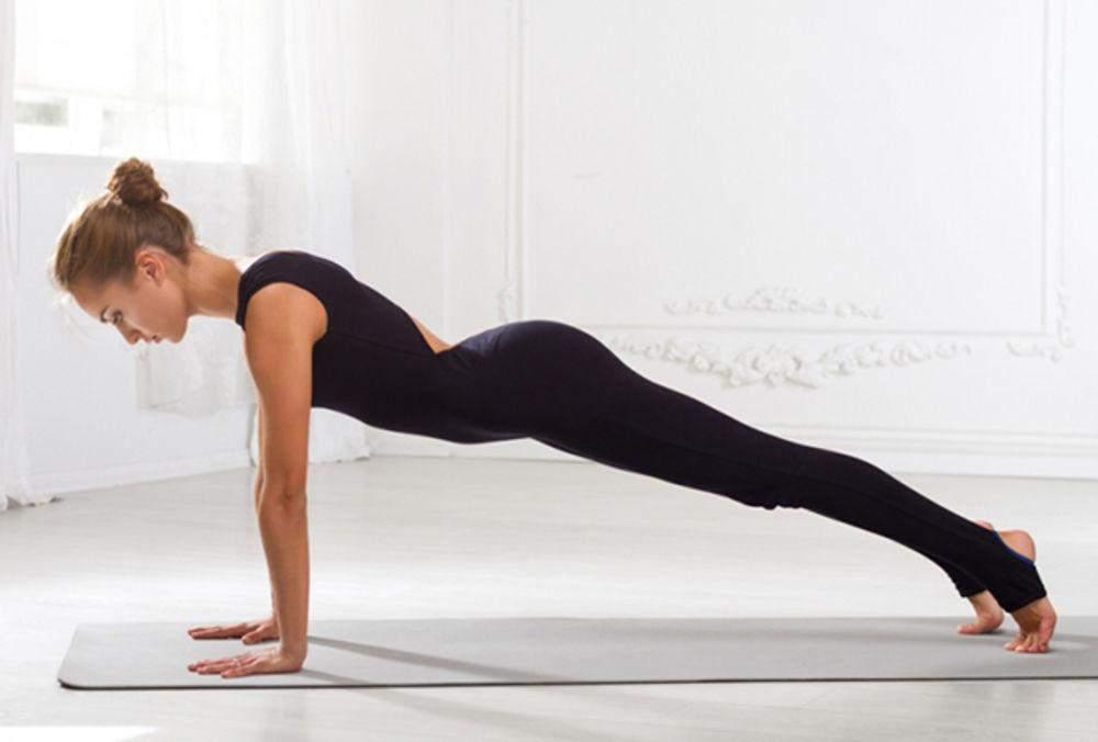 Планка на витягнутих руках розвиває м'язи спини