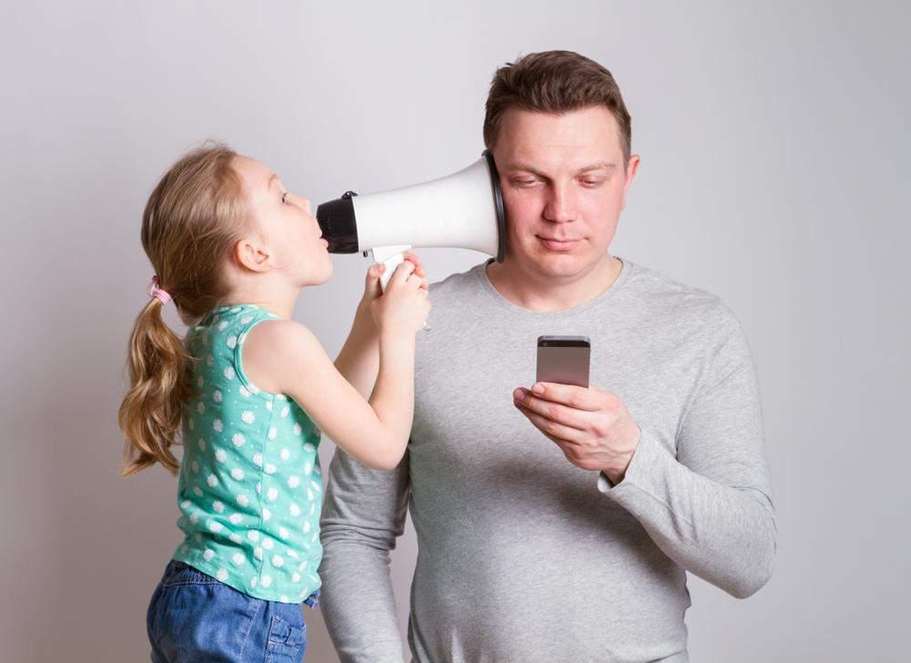 Тато не звертає увагу на дитину через телефон