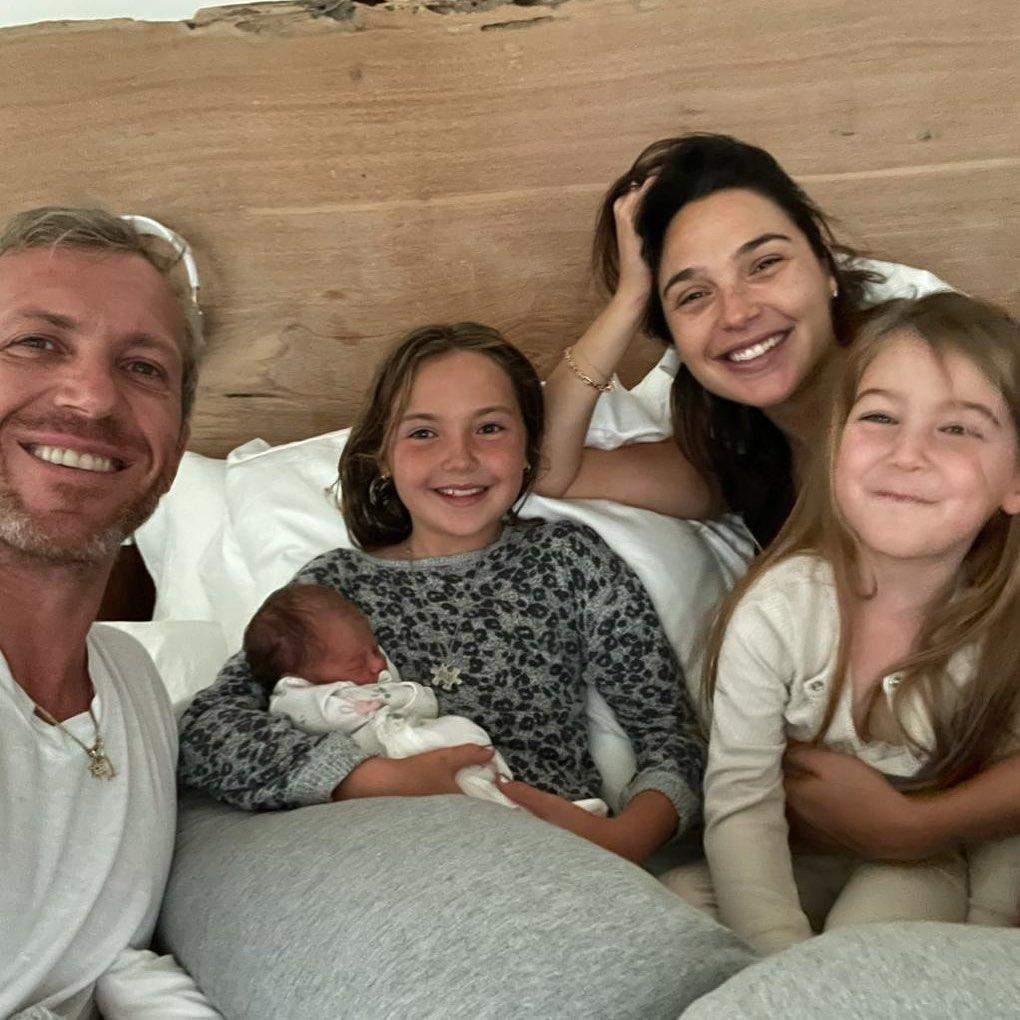 Галь Гадот з чоловіком і доньками