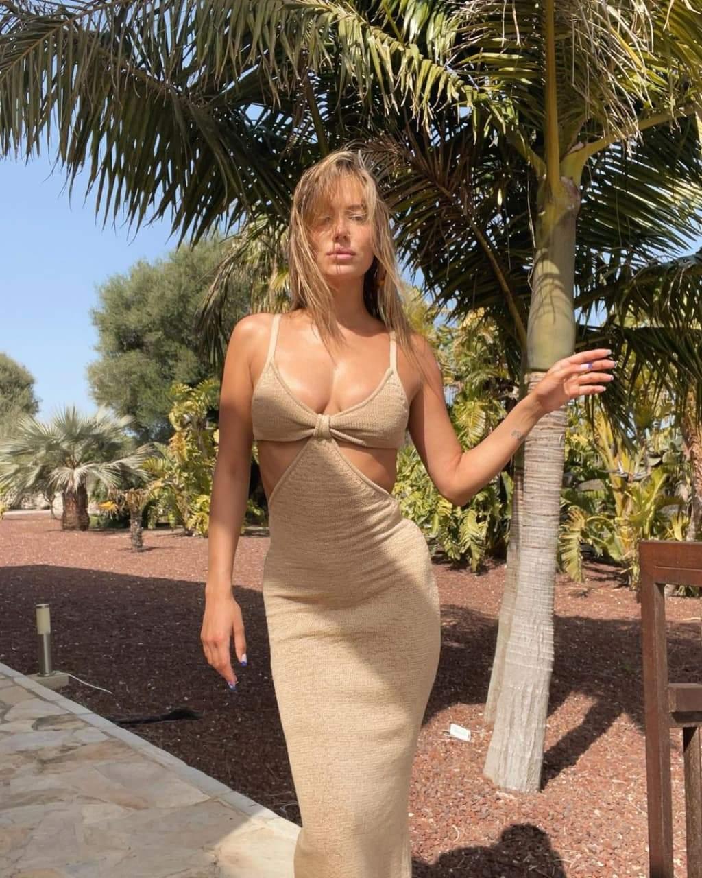 Ніколь Потуральські показує трендову сукню / Фото з інстаграму