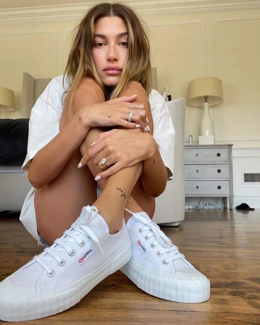 Гейлі Бібер показує модні білі кеди / Фото з інстаграму