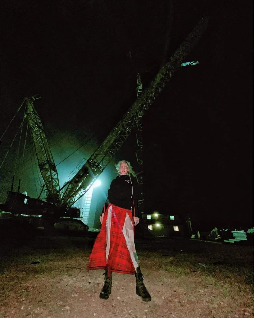 Співачка Граймс у лосинах