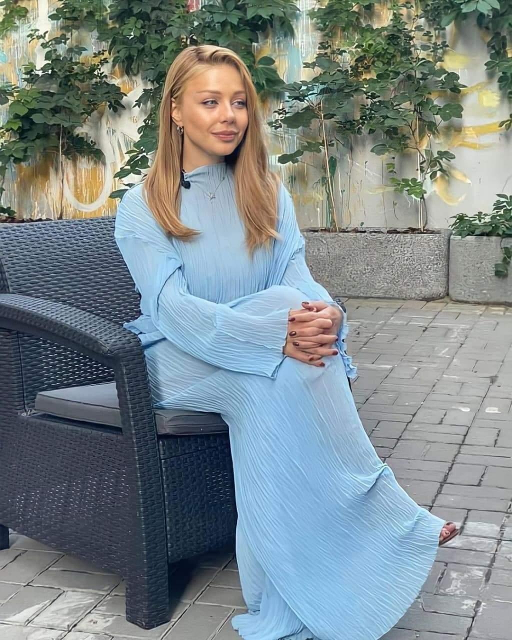 Тіна Кароль у ніжному голубому костюмі