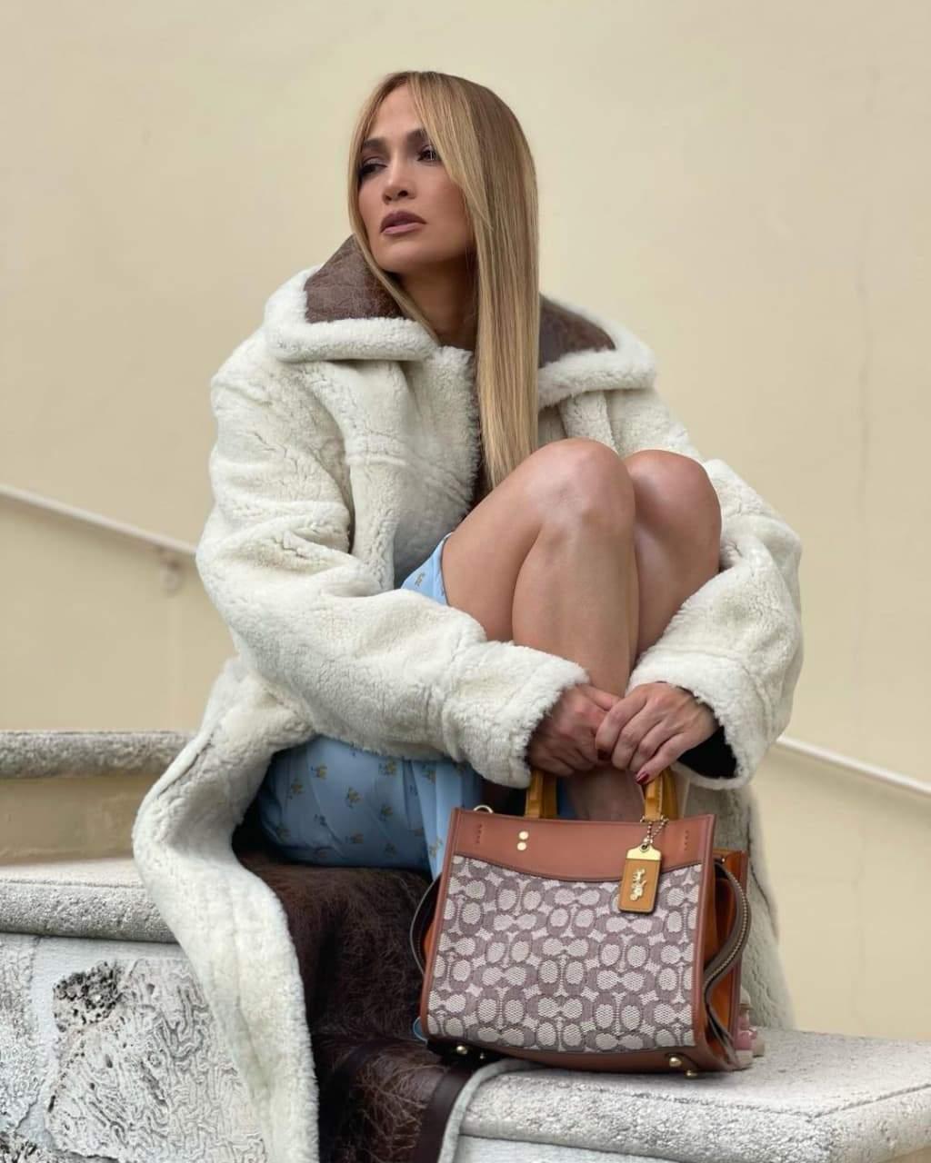 Дженніфер Лопес презентує нову сумку Coach / Фото з інстаграму співачки