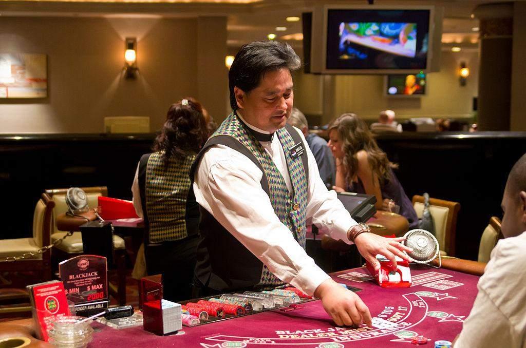 Як влаштована робота дилера в казино