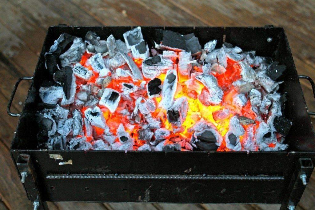 Мангал розпалений з вугіллям