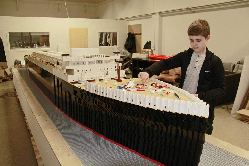 Хлопчик склав з Lego корабель