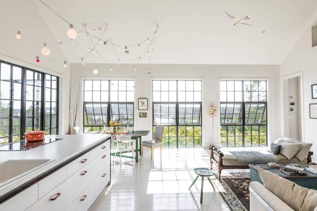 Панорамные окна наполняют дом светом