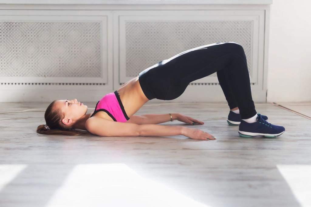 Подъем таза полезен и для мышц спины