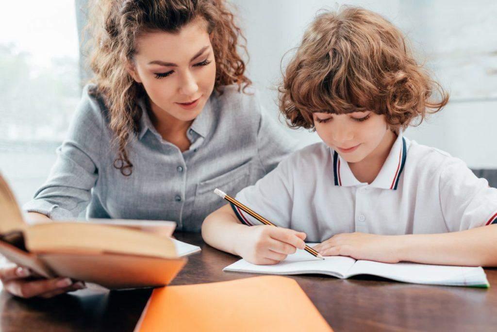 Робити уроки з дитиною