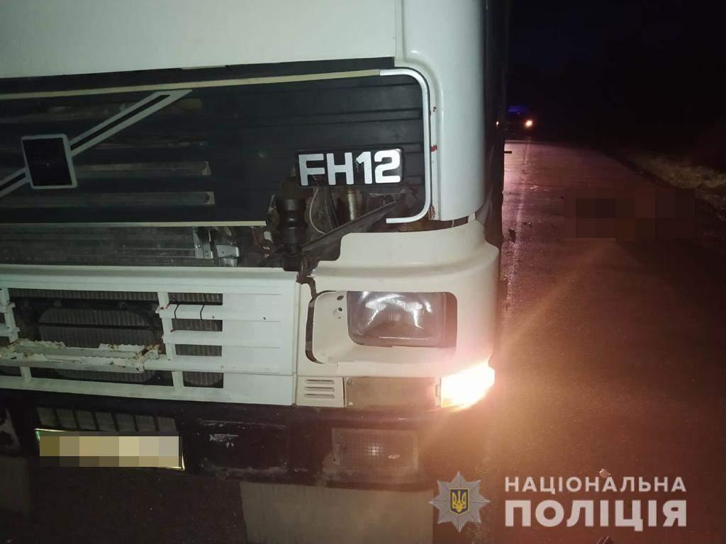 На Львівщині вантажівка на смерть збила чоловіка: фото