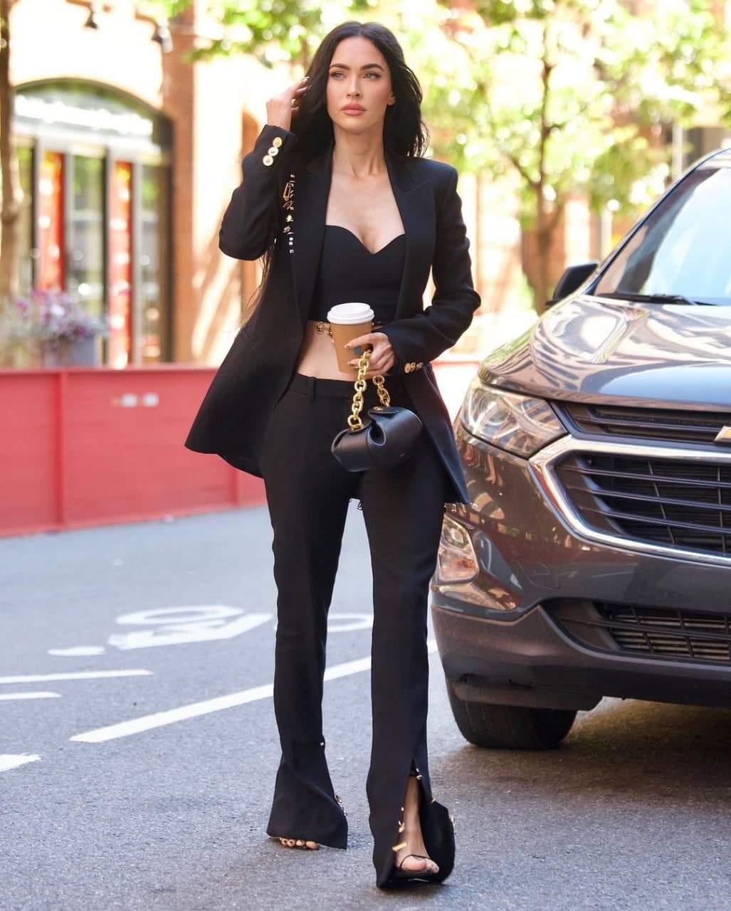 Меган Фокс у стильному костюмі