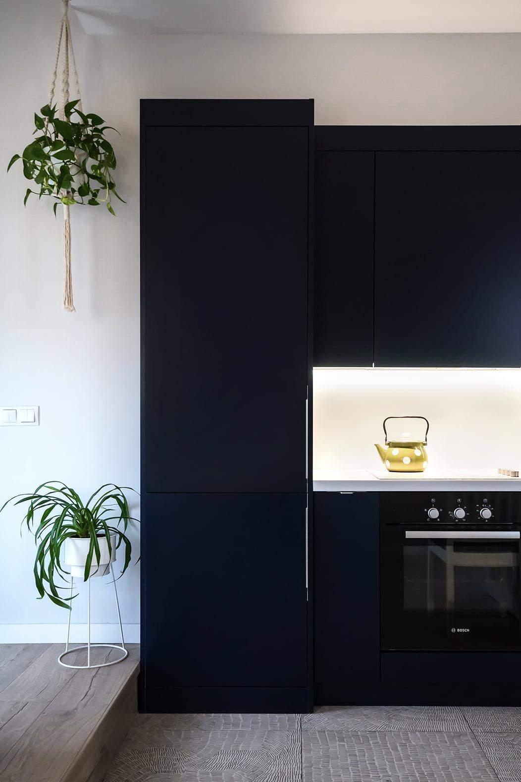 Кухня с темно-синими фасадами выглядит стильно
