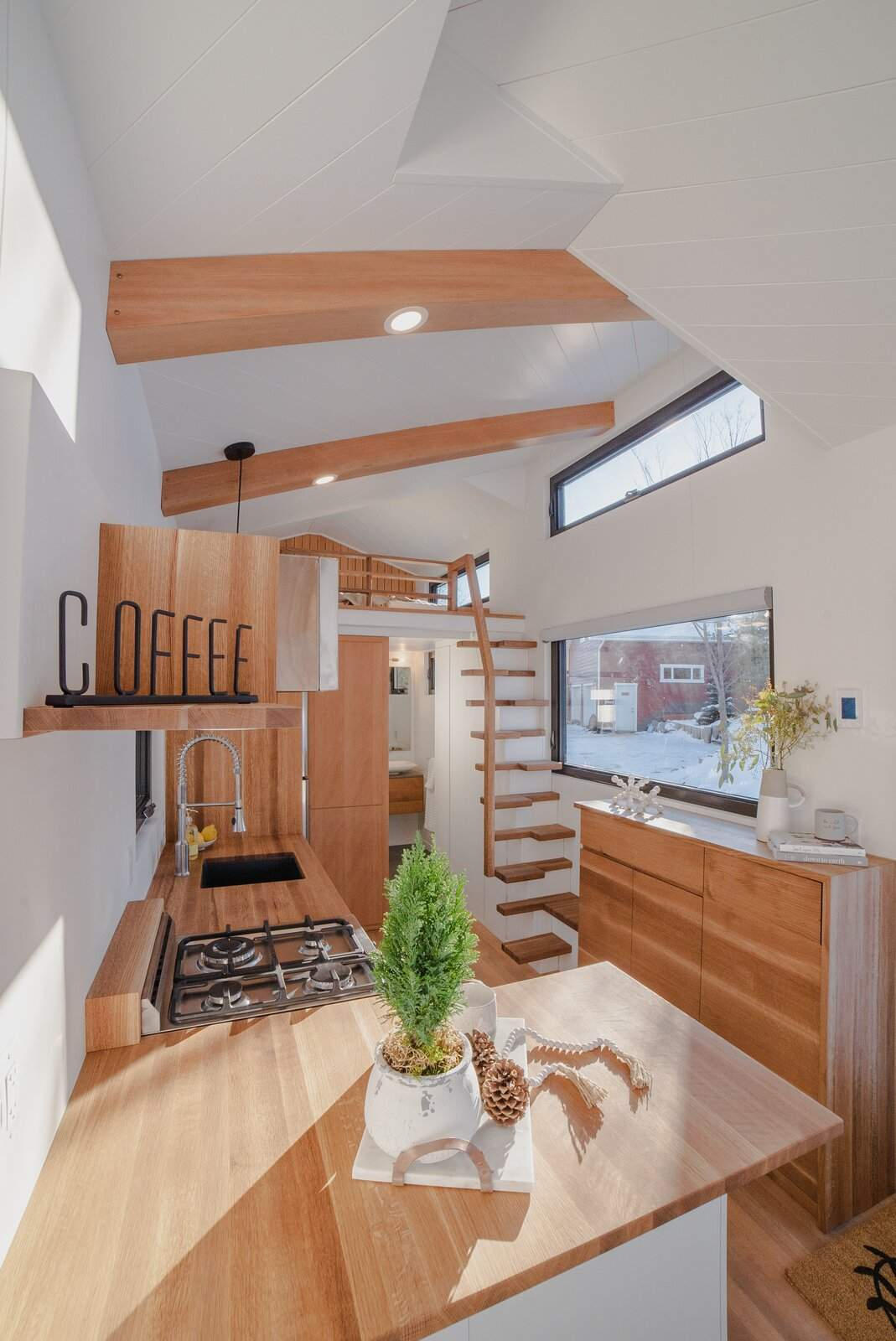 Відкриті сходи ведуть до спальні  / Фото Dwell