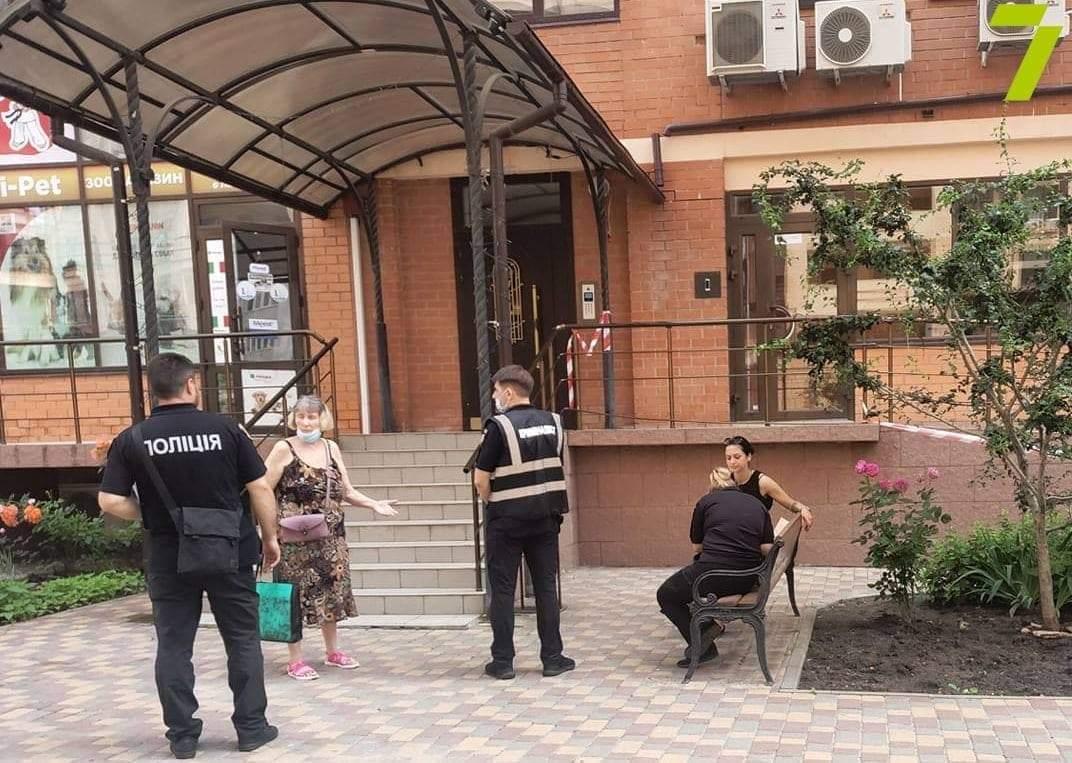 Стрибнула бабця в Одесі з балкона залишила записку