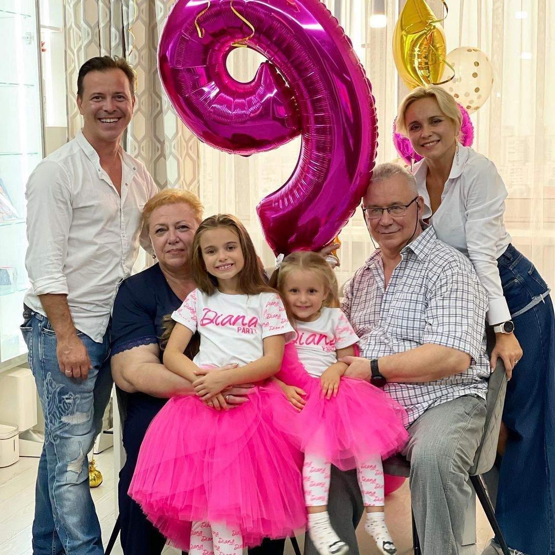 Лілія Ребрик з сім'єю – чоловіком, доньками, свекром і свекрухою