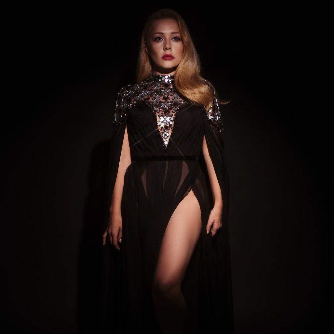 Тіна Кароль у напівпрозорій сукні з розрізом