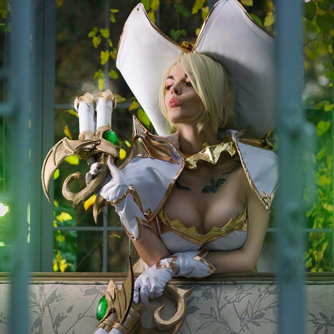 Українська модель показала відвертий косплей на відьму з гри League of Legends