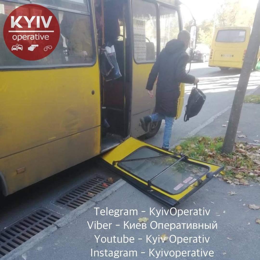У маршрутки №509 в Києві відпали двері, вони впали на зупинку
