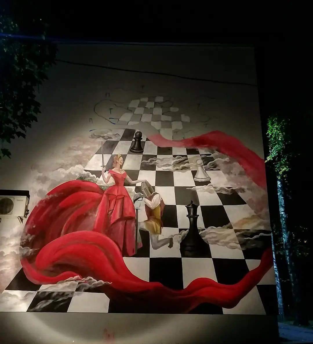 Мурал з жінкою, шахова королева у Святошинському районі, малюнок присвятили жертвам тиранів