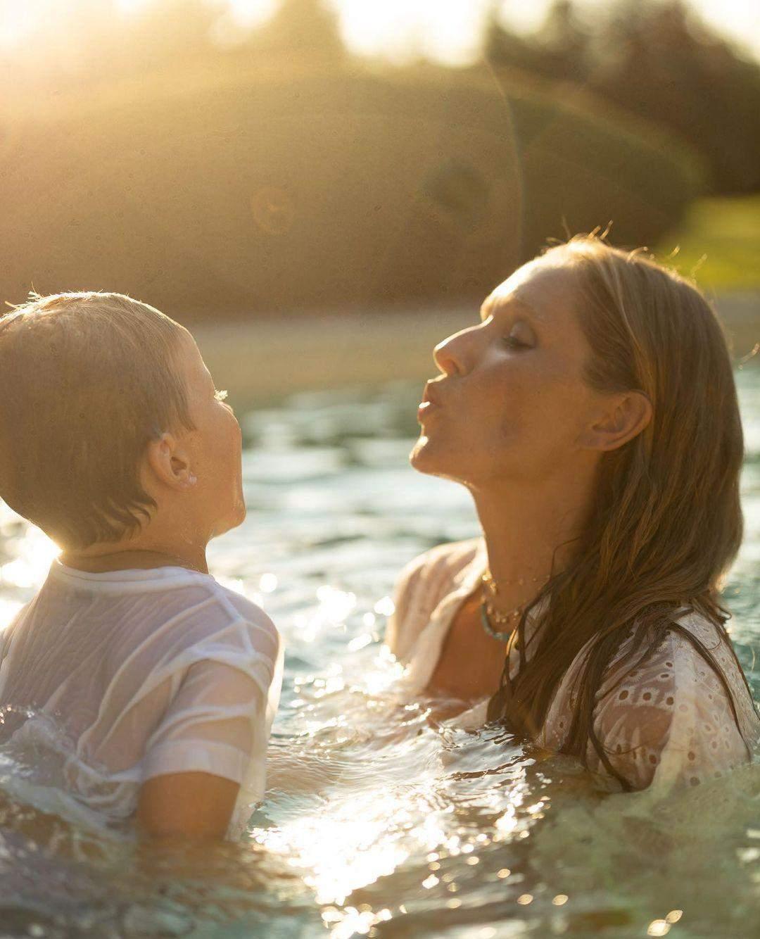 Катя Осадча з сином від Горбунова у басейні