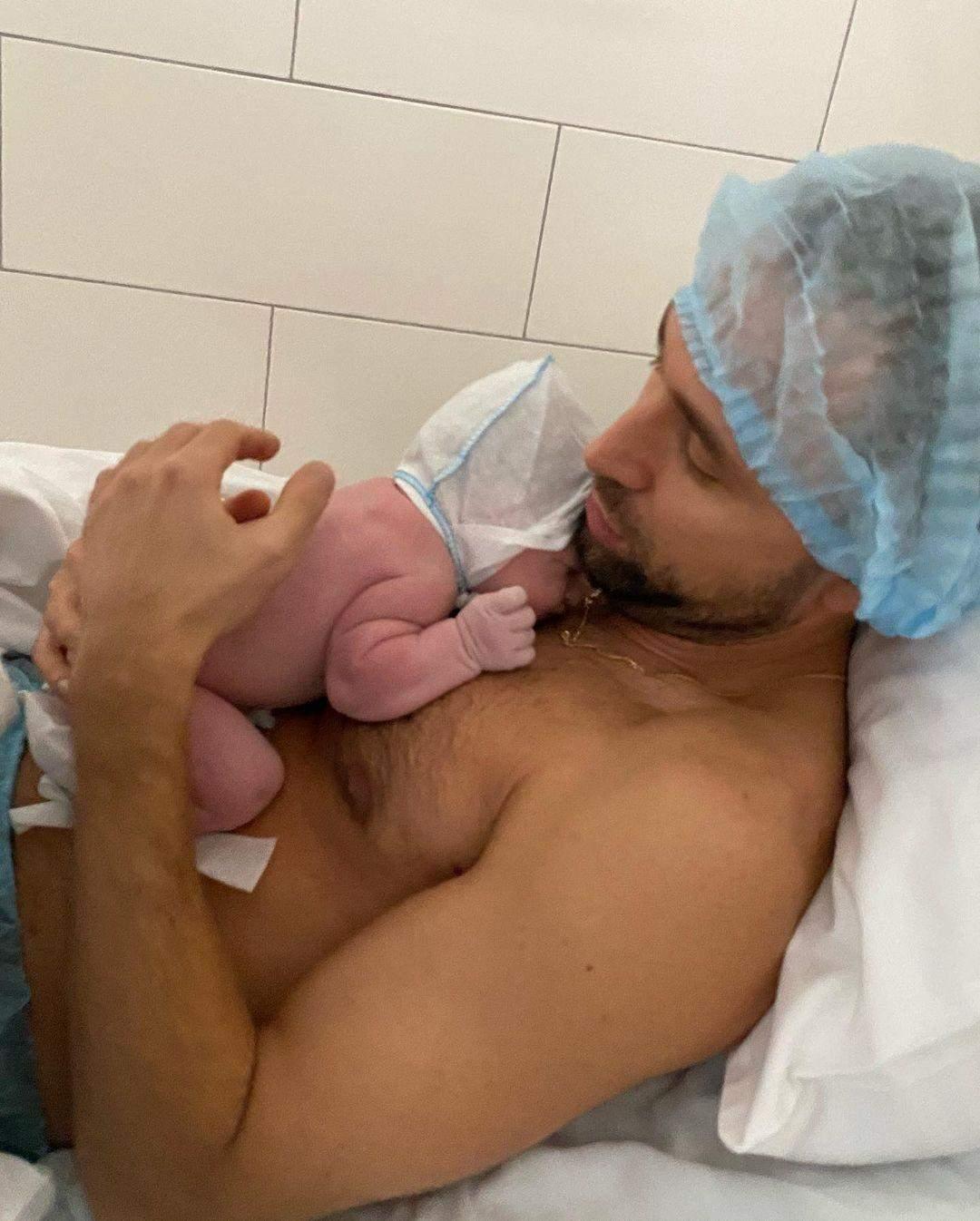 Макс Михайлюк з новонародженою донькою
