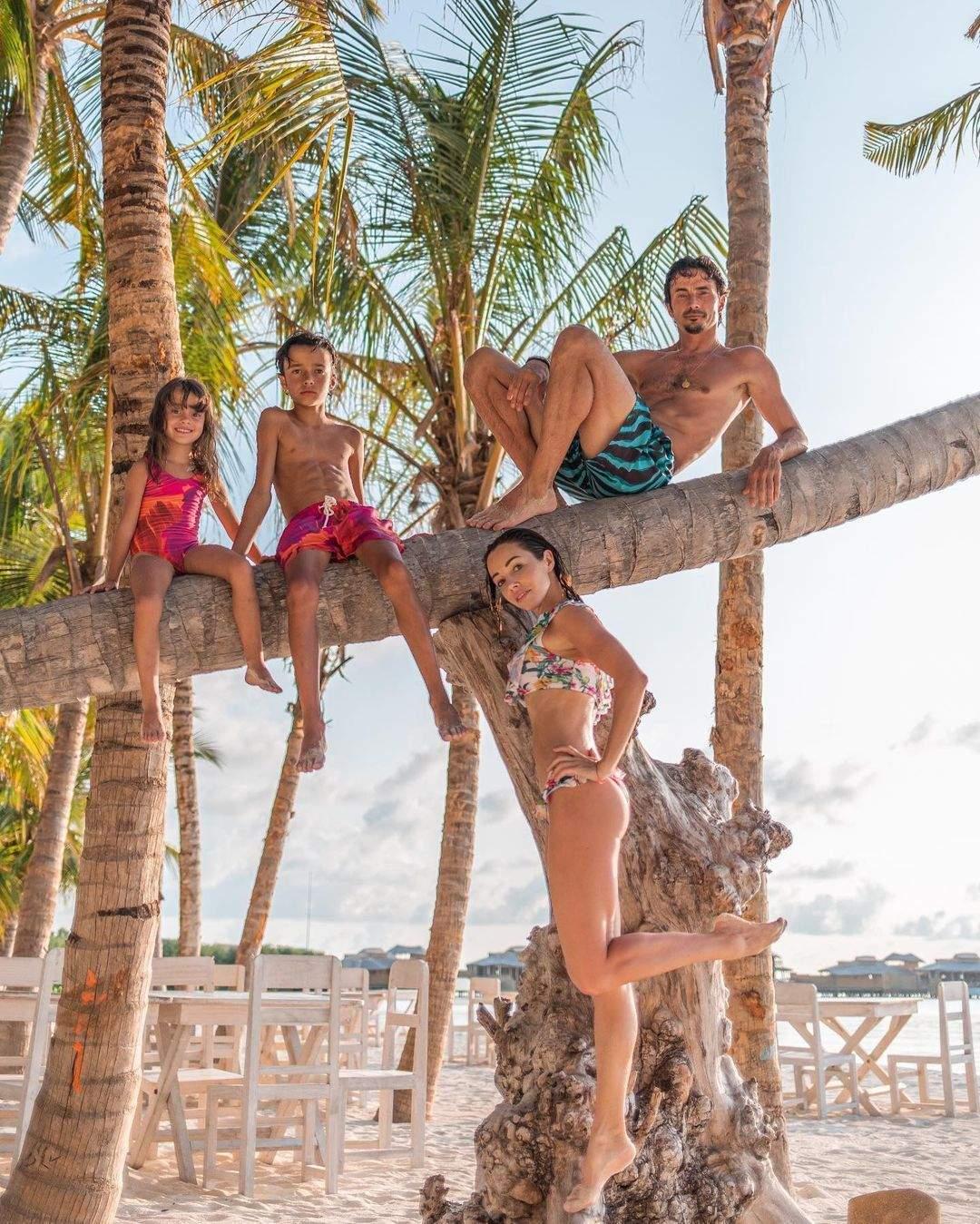 Катерина Кухар з чоловіком і дітьми на Мальдівах