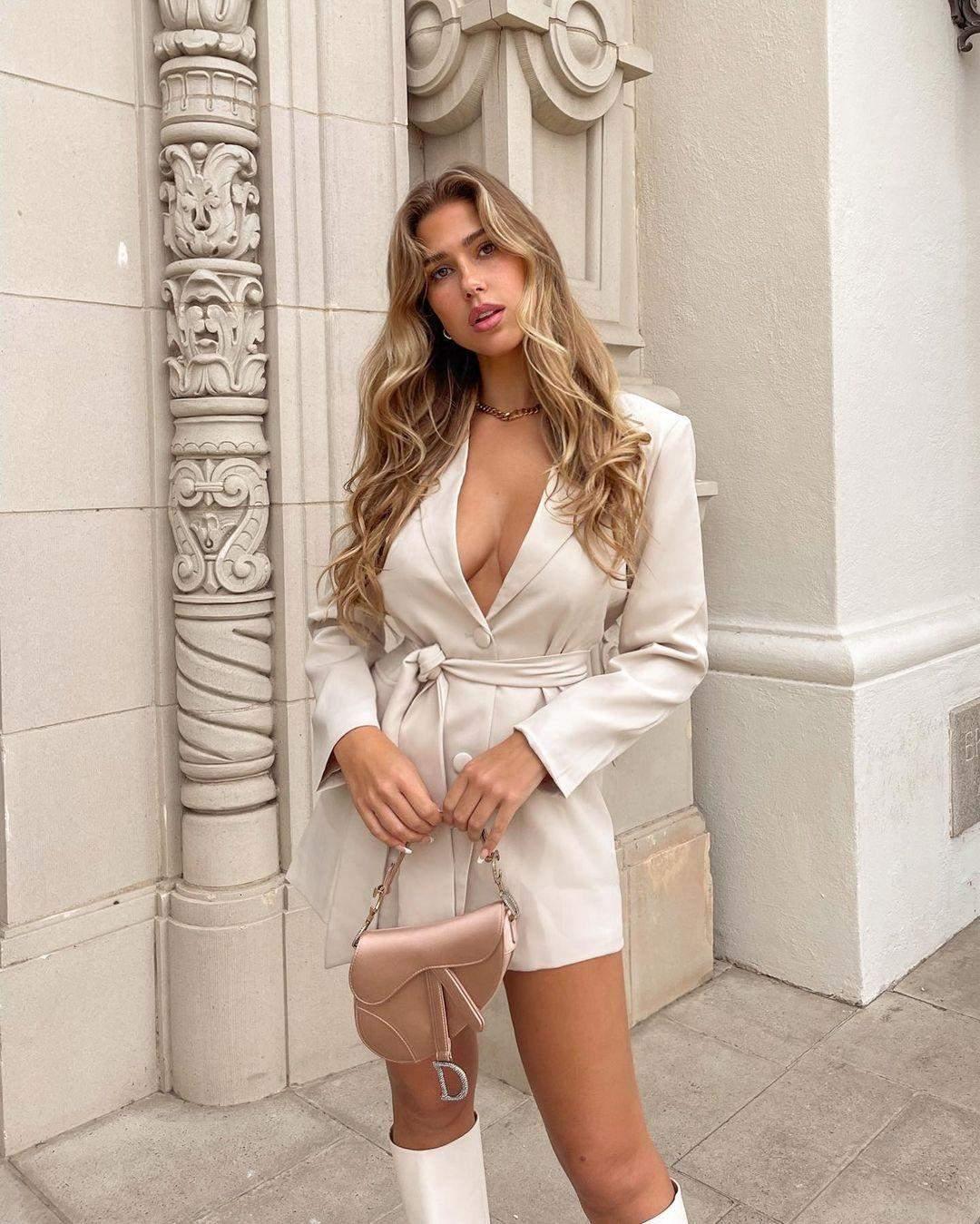 Кара Дель Торо знялася у сукні на голе тіло
