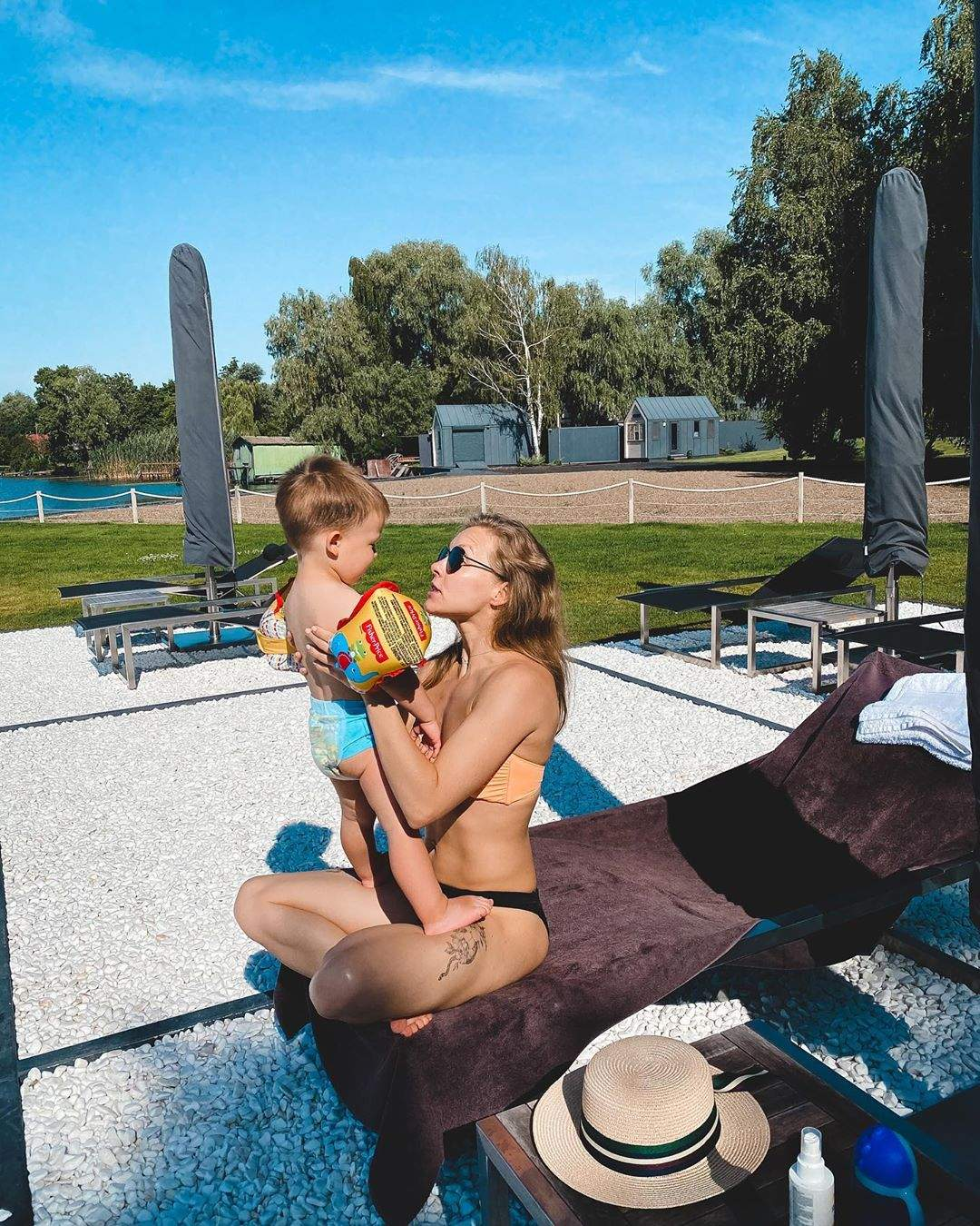 Олена Шоптенко в купальнику з сином