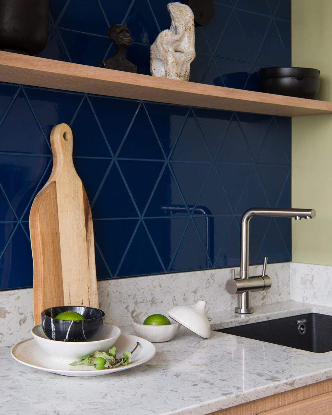 Острівець у квартирі поєднує кухню та вітальню