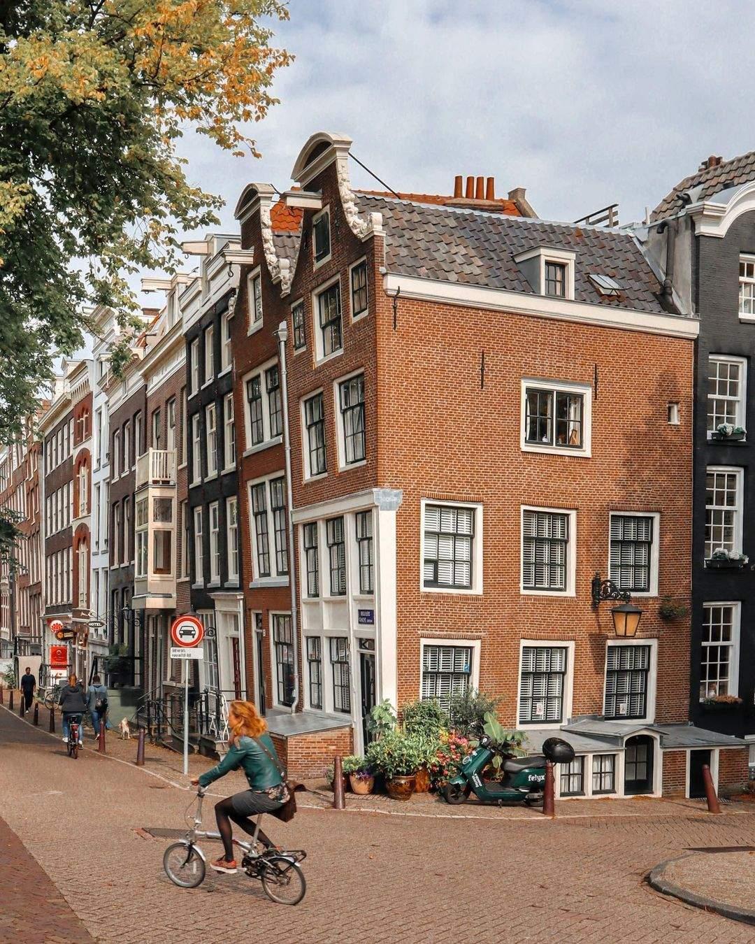 Нахилений вперед будинок: особливість Амстердамського будівництва  / Фото instagram Bodiek