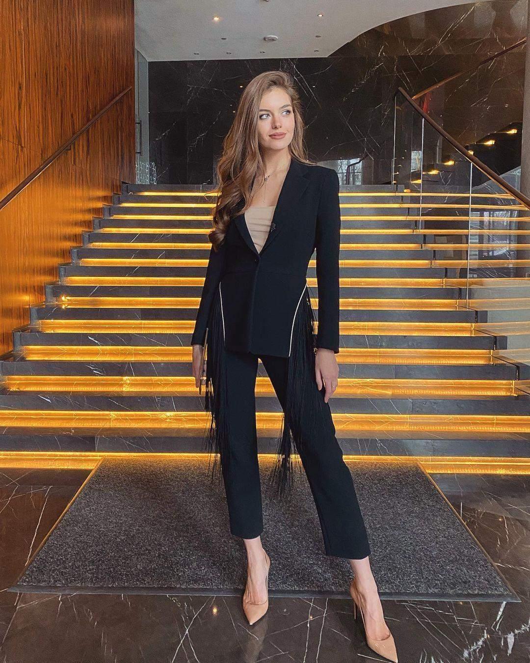 Олександра Кучеренко в костюмі за 13 тисяч гривень