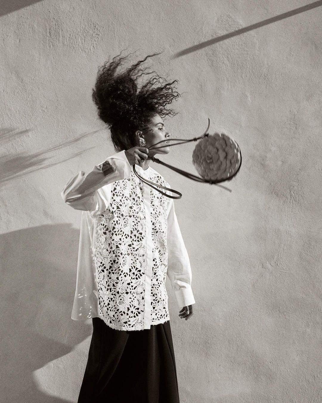 Тіна Кунакі в одязі від Valentino