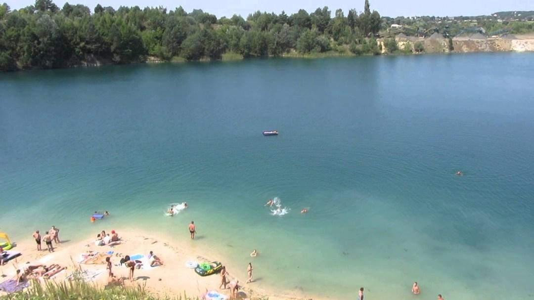 Базальтове озеро приваблює багатьох туристів