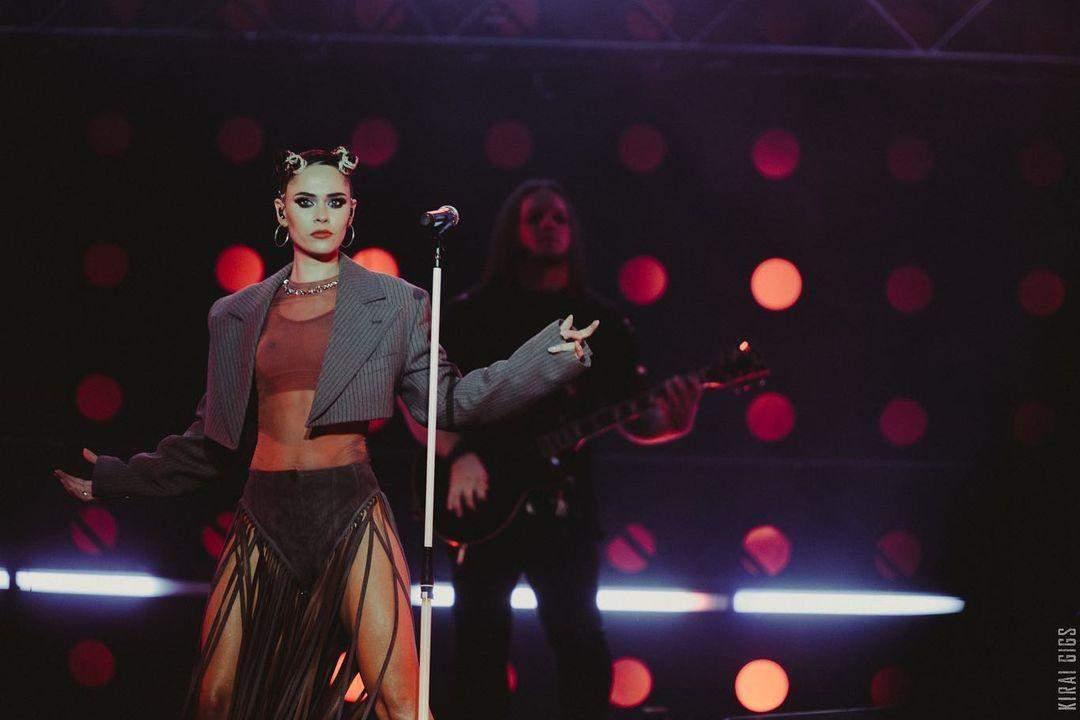 Юлія Саніна у спокусливому концертному образі