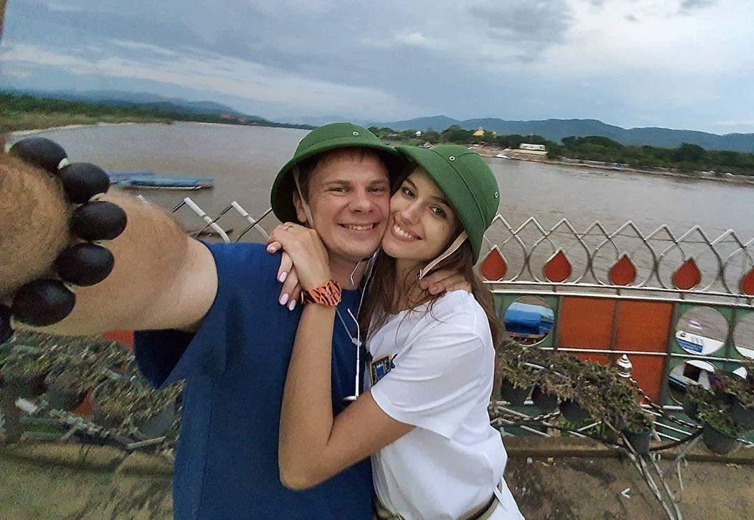 Дмитро Комаров з дружиною в Таїланді