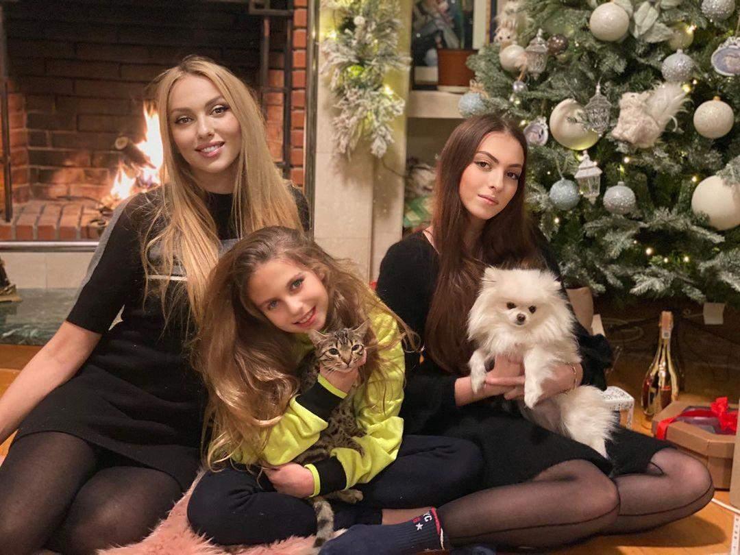 Оля Полякова з доньками на Різдво