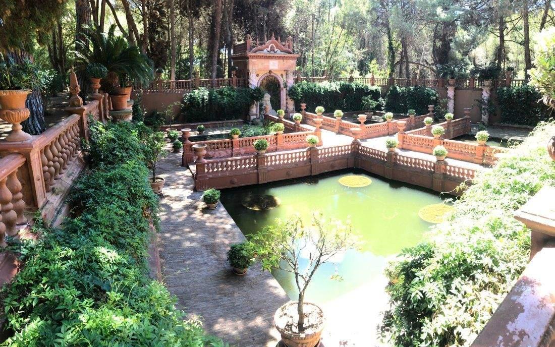 Неймовірний дворик із водоймою / Фото Jamesedition