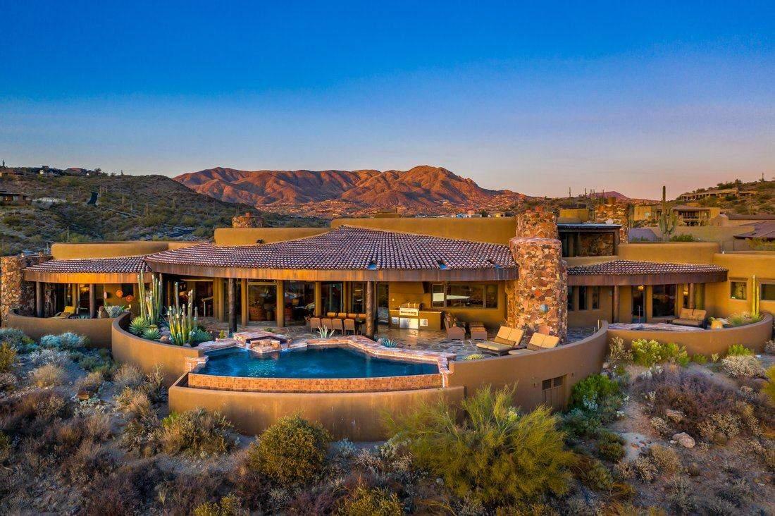 Ідеальний маєток у пустелі  / Фото JamesEdition