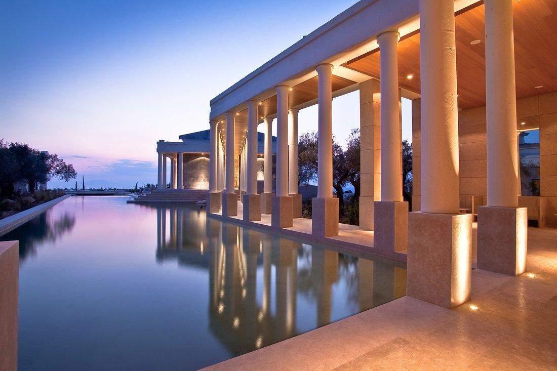 Колони є відкликом до давньогрецького стилю  / Фото JamesEdition