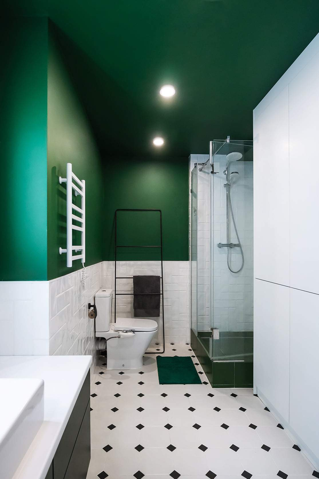 Санузел в бело-зеленых оттенках