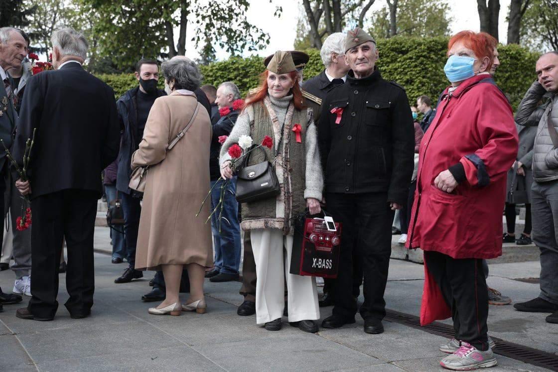 У Києві люди покладають квіти у Парку Слави