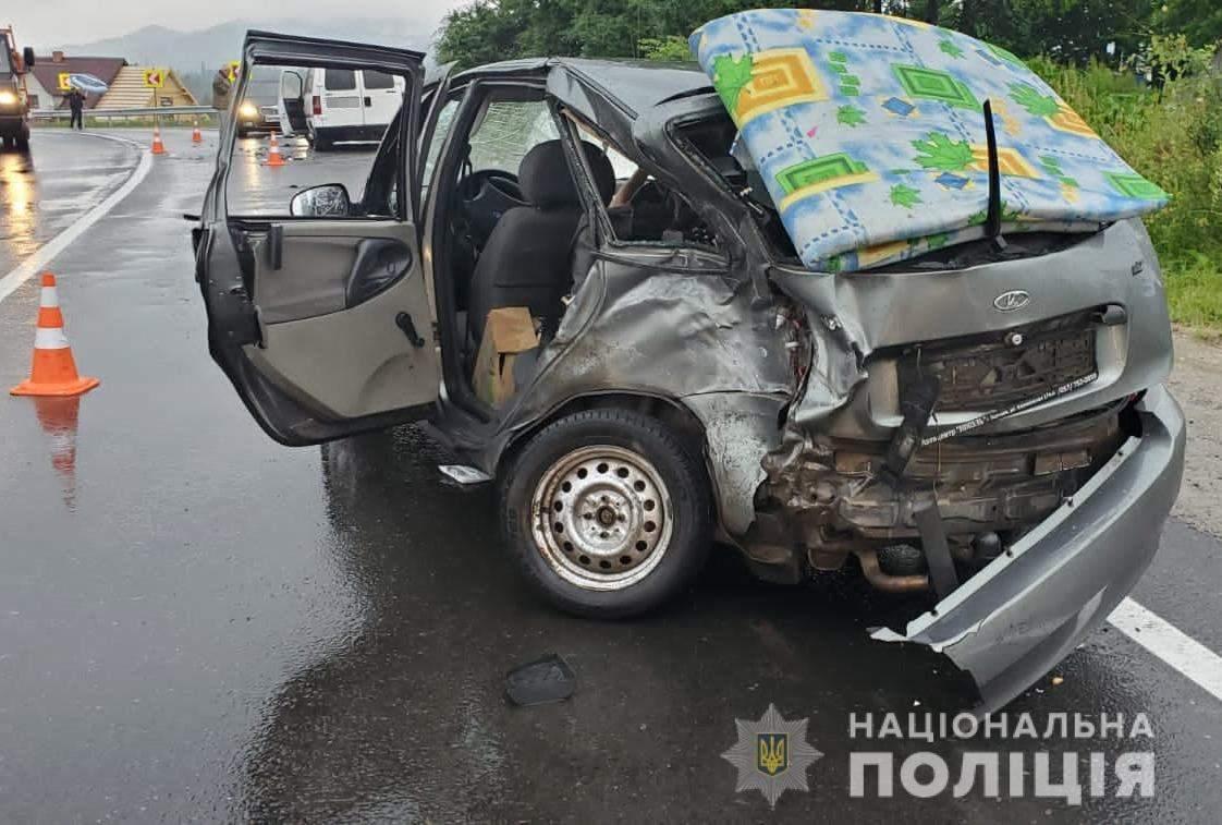На трасі Київ – Чоп лоб у лоб зіштовхнулись Fiat та Лада: постраждали 3 людини, серед яких діти
