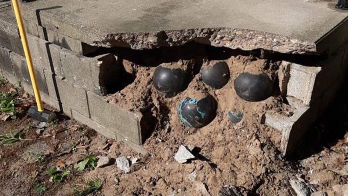 Чоловік під час ремонту виявив у фундаменті 160 шарів для боулінгу
