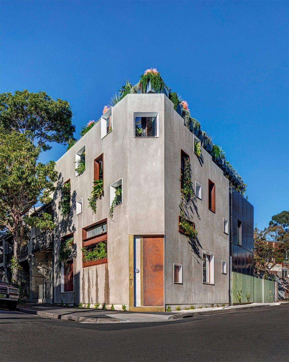 Дом построили на участке клиновидной формы
