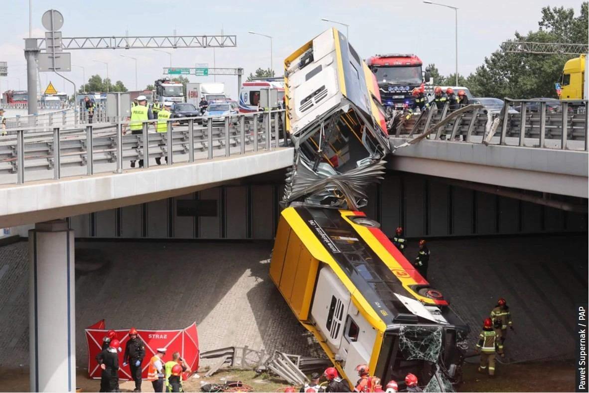 У Варшаві автобус впав з мосту
